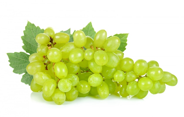 Groene druif die op de witte achtergrond wordt geïsoleerd