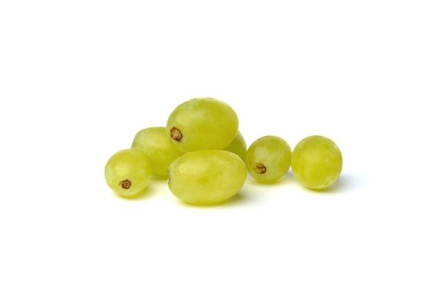 Groene druif geïsoleerd op wit