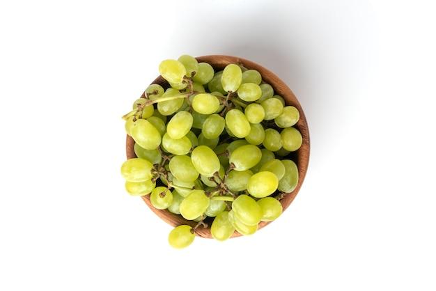 Groene druiven geïsoleerd op een witte achtergrond