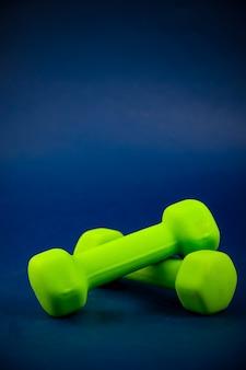 Groene dumbbells liggen op elkaar