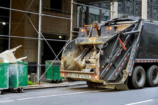 Groene dumpster karren gevuld met bouw puin verzamelaar vrachtwagen vuilnisbak in industrieel voertuig