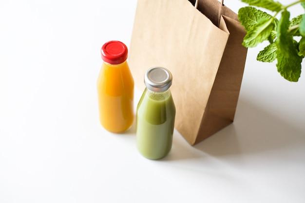 Groene en oranje detox-sappen