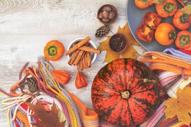 Groene en oranje pompoen, kaki, ingrediënten, decoraties