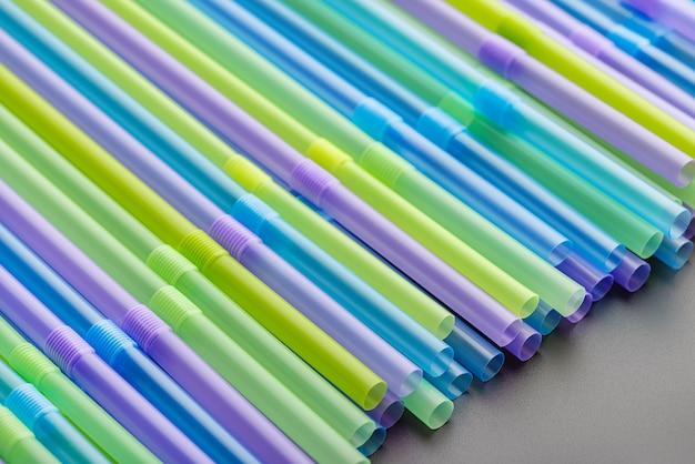 Groene en paarse plastic rietjes