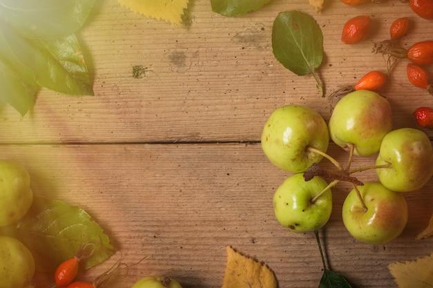 Groene en rode appels op rustieke tafel