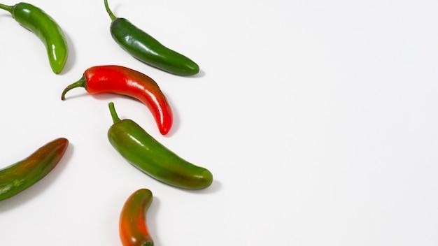 Groene en rode pepers met kopie-ruimte