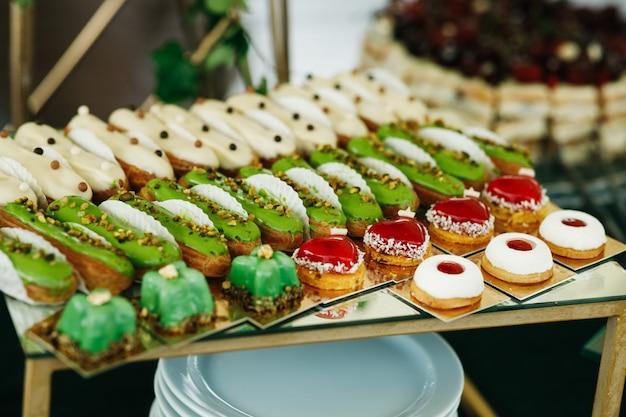 Groene en rode snoepjes geserveerd op doos op candy-bar
