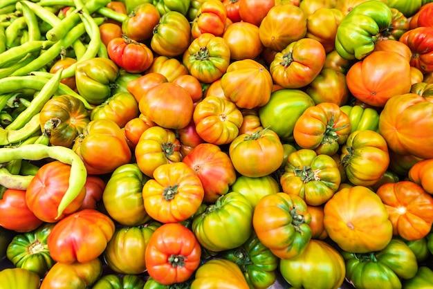 Groene en rode tomaten