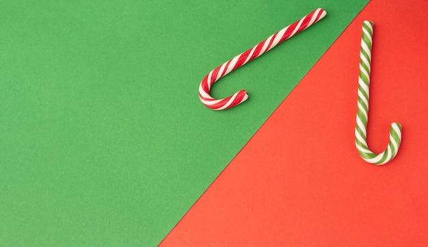 Groene en rode zuurstokken op papier achtergrond