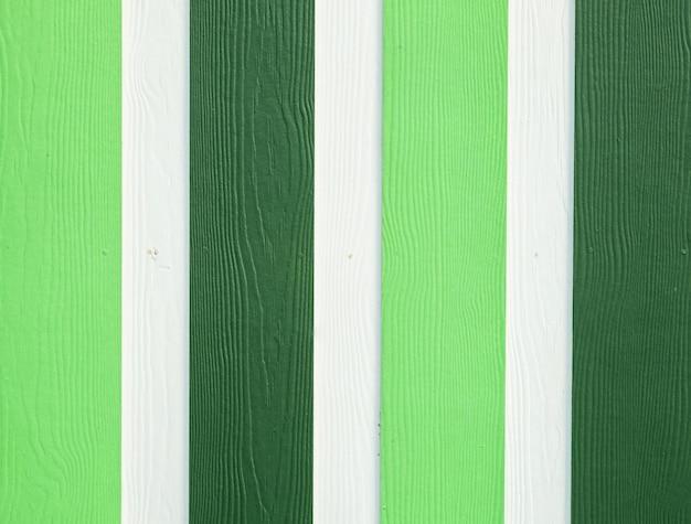 Groene en witte houten raad bij muurtextuur