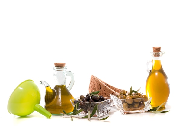 Groene en zwarte olijven met olijfolieflessen