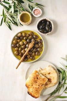 Groene en zwarte olijven