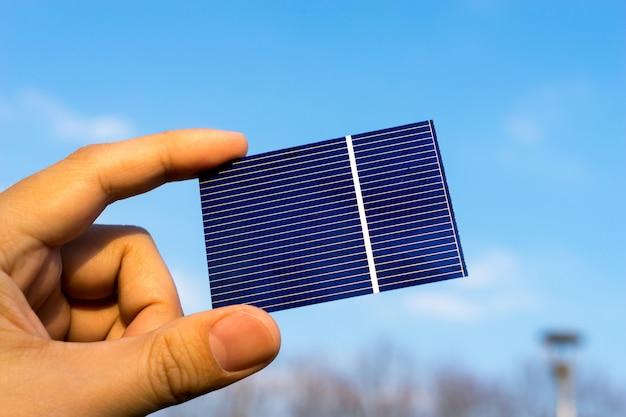 Groene energie, photovoltaic-zonnecel met hand