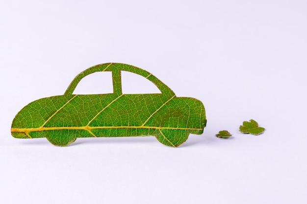 Groene energieauto gemaakt van groene bladeren. wereldmilieuconcept of eco-concept.