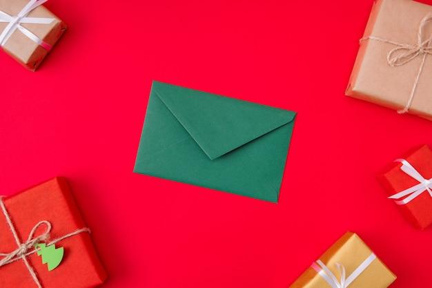 Groene envelop die onder verpakte dozen ligt