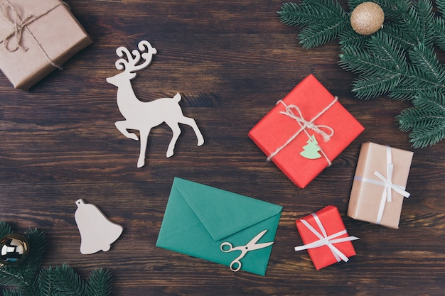 Groene envelop en kerstversiering