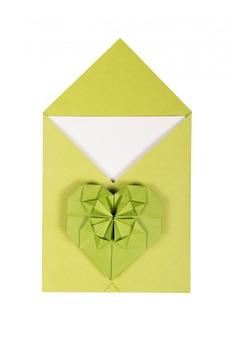 Groene envelop en papier hart