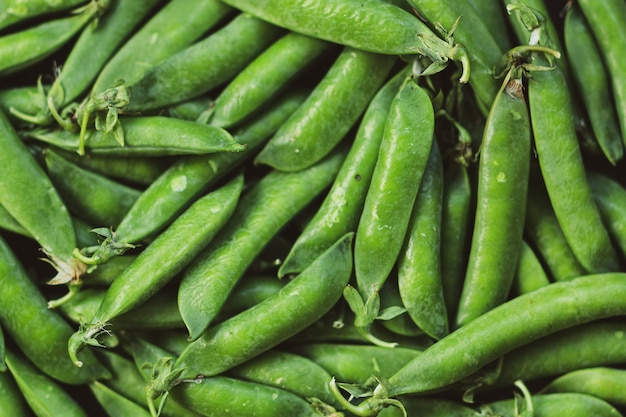 Groene erwt achtergrondpatroon of mockup. bovenaanzicht. zomer gezond veganistisch voedselconcept.