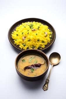 Groene erwten basmati rijst of matar pulav met toegevoegde gele kleur, geserveerd met gewone dal tadka