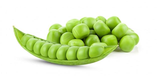 Groene erwten die op wit worden geïsoleerd