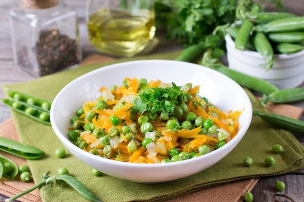 Groene erwten met wortelen en uien