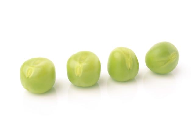 Groene erwten op wit