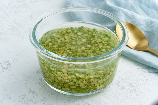Groene erwtengraan weken in water om granen te fermenteren en fytinezuur te neutraliseren.
