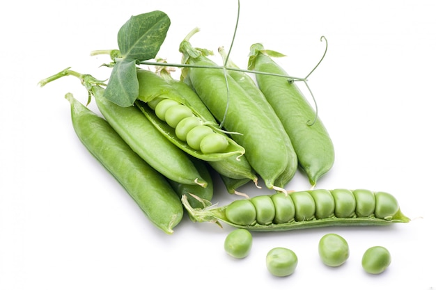 Groene erwtengroente die op witte achtergrond wordt geïsoleerd