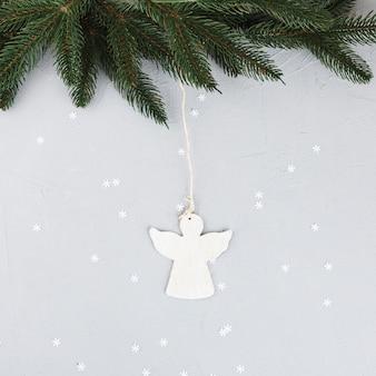 Groene fir boomtakken met kleine engel