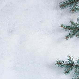 Groene fir boomtakken op tafel