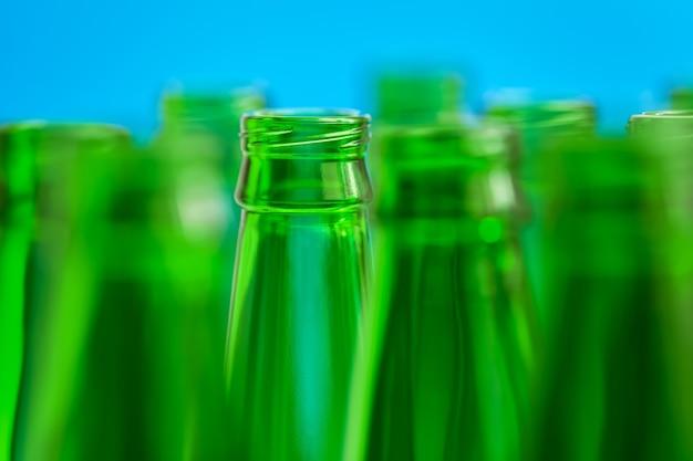 Groene flessen op blauw. centrale fles in focus