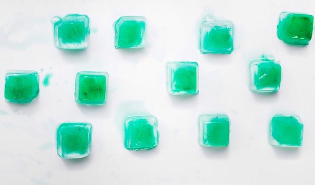 Groene gespreide ijsblokjes