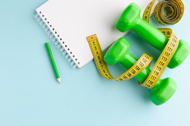 Groene gewichtenmeter en notebook