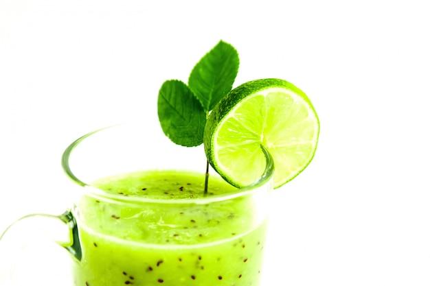 Groene gezonde cocktail van kiwi, groene appel, kalk en munt die op wit close-up wordt geïsoleerd als achtergrond