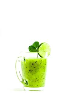 Groene gezonde cocktail van kiwi, groene appel, limoen en munt geïsoleerd op witte achtergrond weergave van een boef