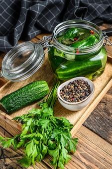 Groene gezouten komkommers in een glazen pot