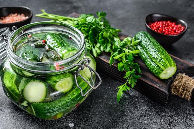 Groene gezouten komkommers. ingeblikte groenten