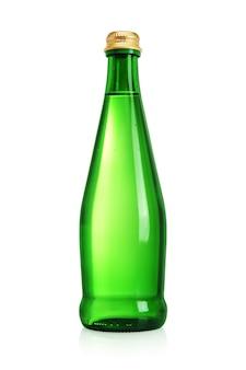 Groene glazen fles met stilstaand, bronwater of mineraalwater zonder etiket dat op wit oppervlak wordt geïsoleerd.