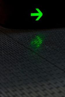 Groene gloeiende pijl met reflectie