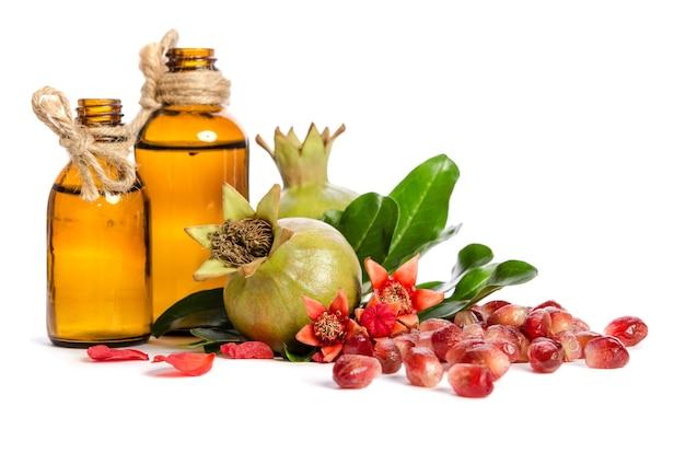Groene granaatappels en flessen met olie