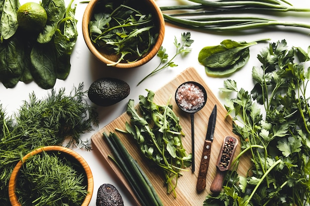 Groene groenten en fruit, avocado, limoen, kool, peterselie, komkommer, dille, ui, salade, spinazie