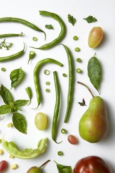 Groene groenten en fruit geïsoleerd op wit. ingrediënten voor voeding