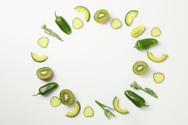 Groene groenten en fruit op wit