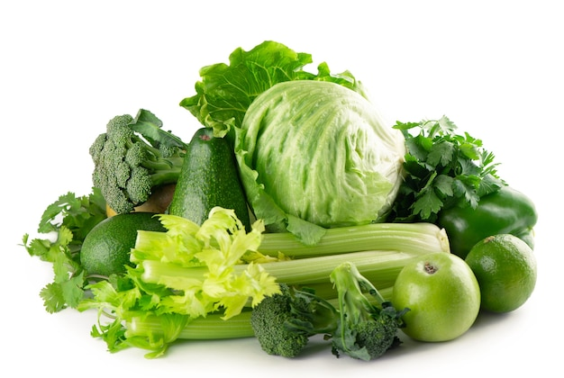 Groene groenten en fruit op witte achtergrond.