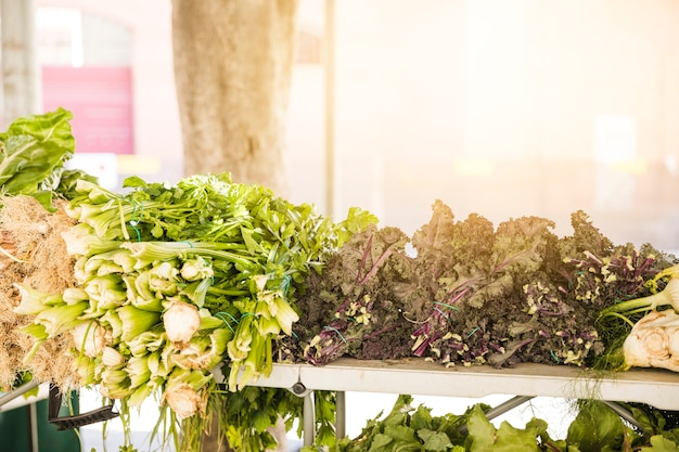 Groene groenten gerangschikt in de markt te koop