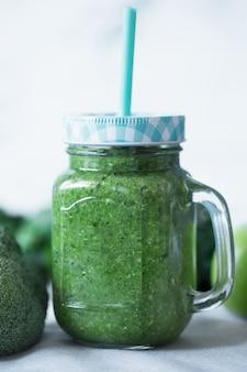 Groene groenten smoothies bereid met bloemkool op een wit