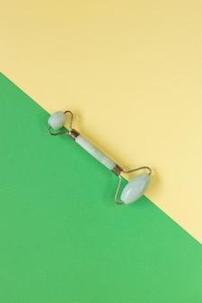 Groene gua sha gezichtsmassagetools. kwarts jade roller. plat leggen
