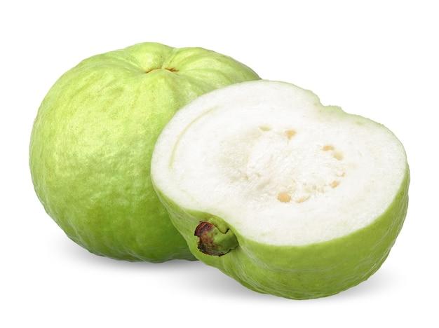 Groene guave fruit en de helft geïsoleerd op wit