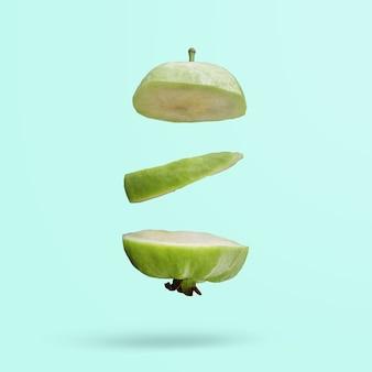 Groene guave vliegt op een blauwe achtergrond creatieve zomervoedselideeën jonge kokosnoten zweven in de lucht