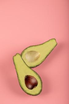 Groene halve avocado's met en zonder zaad